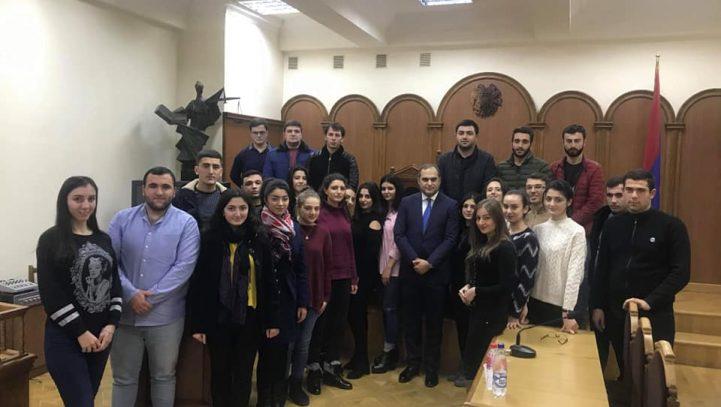Այսօր ԵՊՀ իրավագիտության ֆակուլտետ էր այցելել ՀՀ Փաստաբանների պալատի նախագահ Արա Զոհրաբյանը